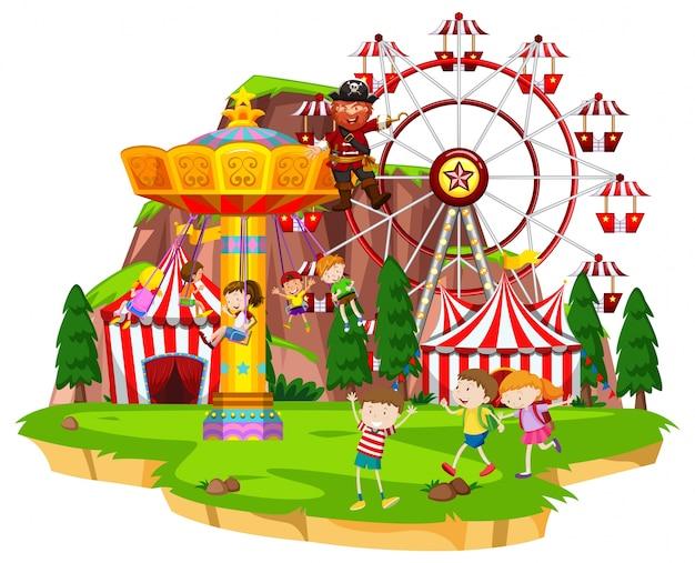 Veel kinderen spelen ritten in het pretpark