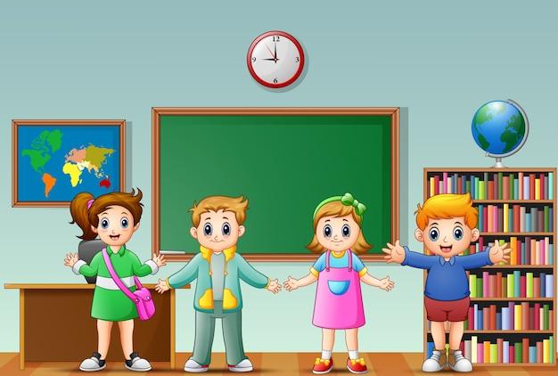 Veel kinderen staan voor het schoolbord