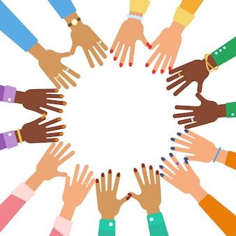 Veel verschillende vrouwenhanden met toebehoren in cirkel. multiculturele vriendschap en eenheid concept. girl power platte vectorillustratie.