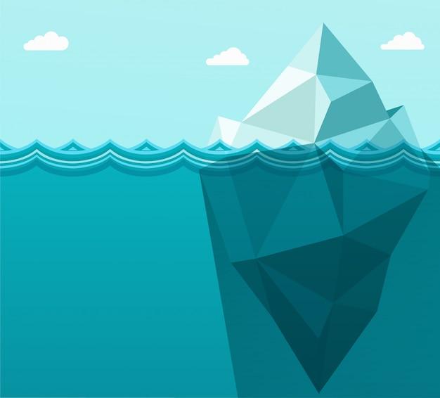 Veelhoekige grote ijsberg in oceaan die in overzeese golven drijft.