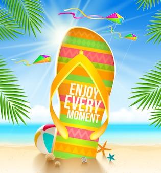 Veelkleurige enorme slippers met zomer groet op het tropische strand