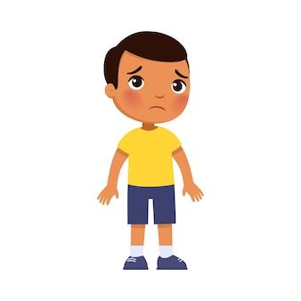 Verdriet donkere huid jongetje verstoord eenzaam kind dat alleen staat slecht humeur persoon ongelukkige uitdrukking