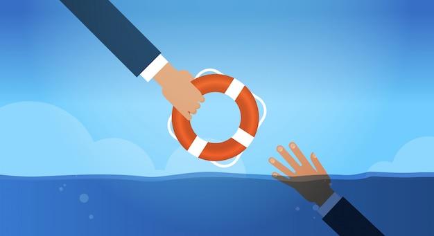 Verdrinking businessmn hand in water reddingsboei krijgen van een andere ondernemer helpen business om te overleven ondersteuning redding concept horizontaal