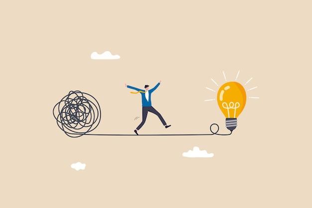 Vereenvoudig idee om een oplossing, denkproces of creativiteit te vinden om het probleem op te lossen, ontdek een gemakkelijke manier om het concept te begrijpen, slimme zakenman die wegloopt van de chaos-chaoslijn naar een eenvoudig gloeilampidee.