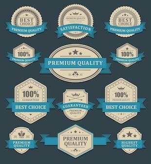 Verfrommelde promotionele etiketten. premium vervaagd oud papier in blauw lint beste keuze ornament.