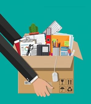 Verhuizen naar een nieuw kantoor. kartonnen doos in de hand