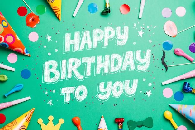 Verjaardag belettering met feestmutsen Gratis Vector