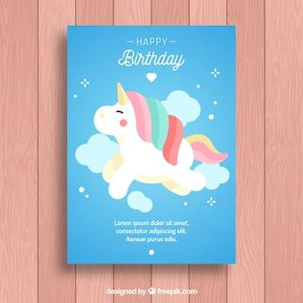 Verjaardag uitnodiging met een eenhoorn op de wolken