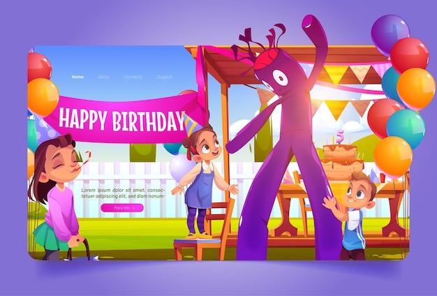 Verjaardagsfeestje decoratie met opblaasbare buis man tent taart op tafel en ballonnen op achtertuin kinderen ...