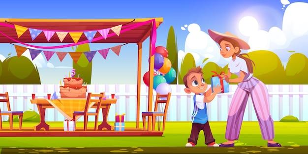 Verjaardagsfeestje op achtertuin met vrouw geeft geschenkdoos jongen cartoon vectorillustratie van tuin met ...