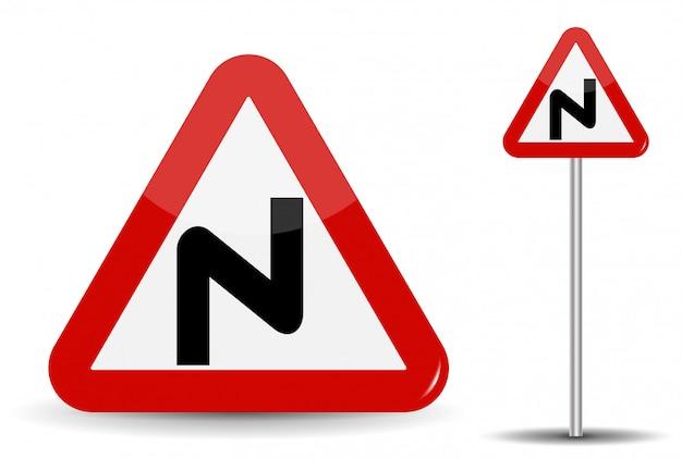 Verkeersbord waarschuwing gevaarlijke bochten. in de rode driehoek wordt schematisch een gebogen lijn weergegeven, die veel windingen aangeeft.