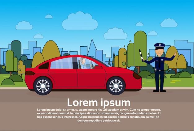 Verkeerscontrolemechanismepolitieagent op weg met auto over stad