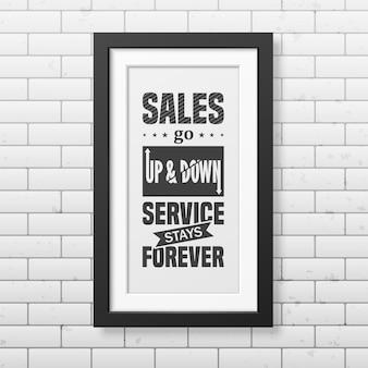 Verkoop gaat op en neer, service blijft voor altijd - citeer typografische achtergrond in realistisch vierkant zwart frame op de bakstenen muurachtergrond.