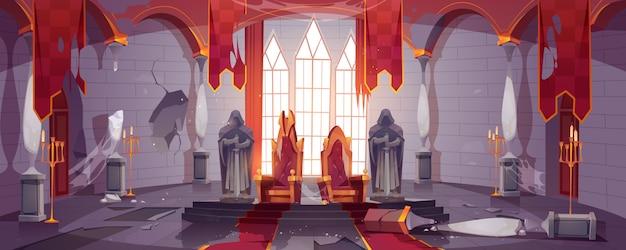 Verlaten middeleeuws kasteel met gouden koninklijke tronen