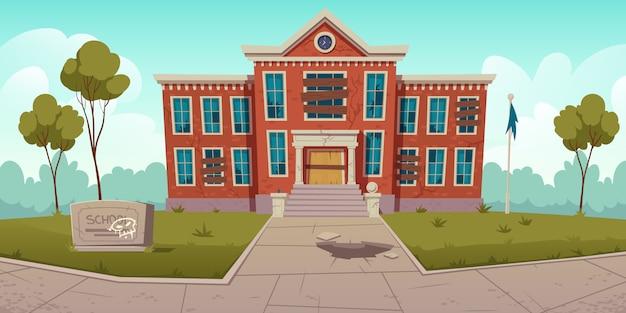 Verlaten oude school met gebroken ramen