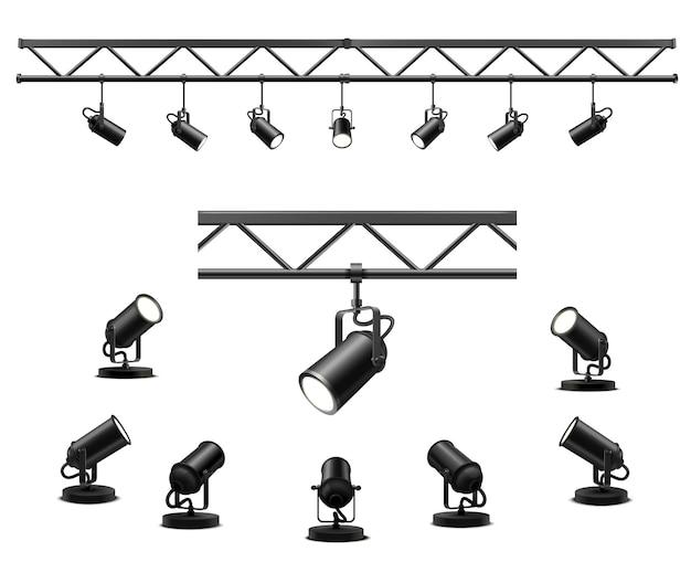 Verlichtingsapparatuur voor een interview van een showwedstrijd of tentoonstellingspaviljoen. vloerspot en hangende projectoren op een metalen balk. set lampen in schijnwerpers met verschillende kijkhoeken
