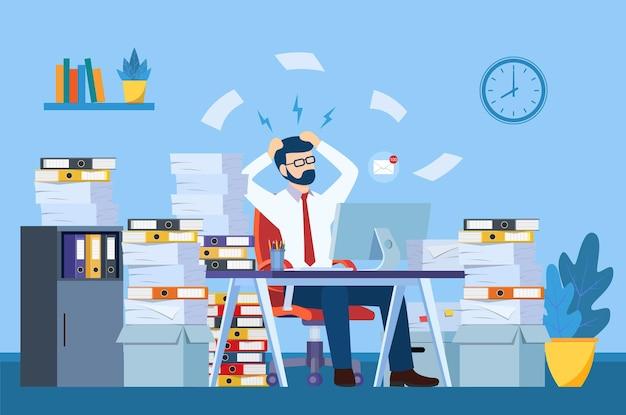 Vermoeide en geërgerde kantoormedewerker wordt naar zijn hoofd gegrepen tussen stapels papieren en documenten.