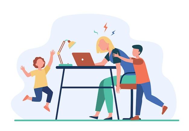 Vermoeide moeder die op laptop thuis werkt. actieve kinderen die freelance moeder platte illustratie lastig vallen
