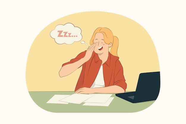 Vermoeide slaperige uitgeputte jonge vrouw die bij het werkconcept geeuwt