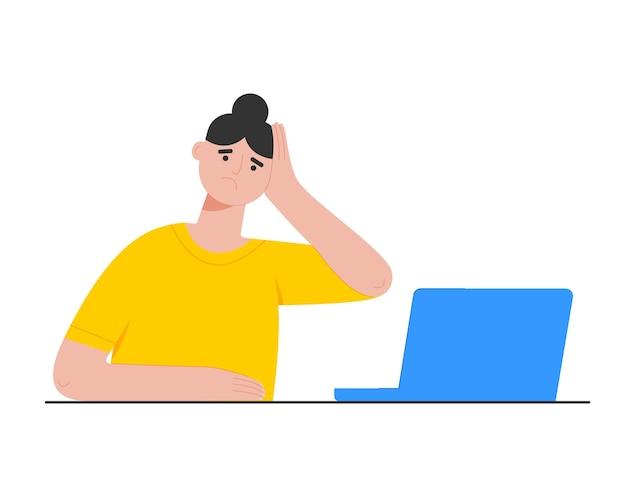 Vermoeide trieste vrouw die op laptop werkt stress vanwege overbelasting van het professionele burn-outkantoor