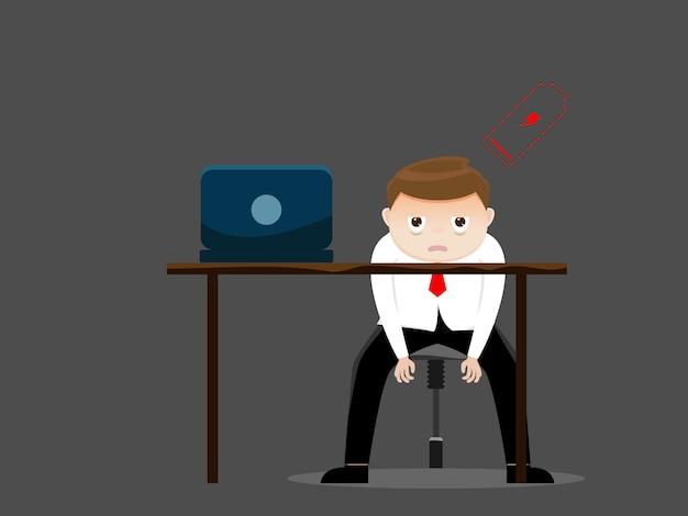 Vermoeide zakenman met lage batterij in bureau