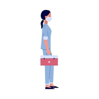 Verpleegster die zich met rode medicijnkoffer bevindt - de werknemer van het beeldverhaalziekenhuis in gezichtsmasker die een hulpmiddelzak houdt. hand getrokken illustratie op witte achtergrond.