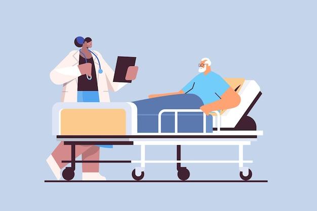 Verpleegster die zorgt voor zieke senior man patiënt liggend in ziekenhuis bed zorg dienstverleningsconcept horizontale volledige lengte vectorillustratie