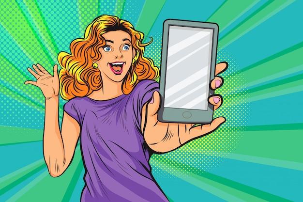 Verraste vrouw met smartphone in pop-art