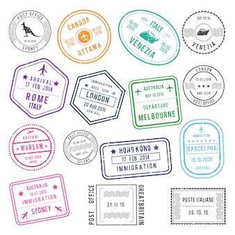 Verschillende postzegels op post- en visumniveau met namen van luchthavens en steden, ook met reizende foto's.