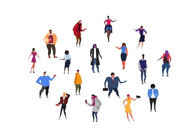 Verschillende stijl zakelijke casual mix race mensen diversiteit poses mannen vrouwen collectie mannelijke vrouwelijke stripfiguren geïsoleerd plat horizontaal instellen