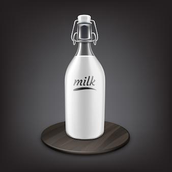 Verse melk in ouderwetse fles met metalen flip-top of swing top sluitingen op zwarte houten standaard geïsoleerd op een grijze achtergrond