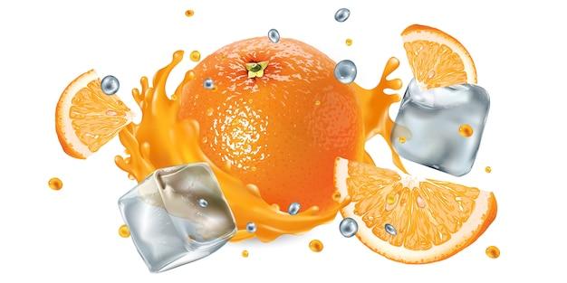 Verse sinaasappel in een scheutje sap met ijsblokjes en vliegende druppels