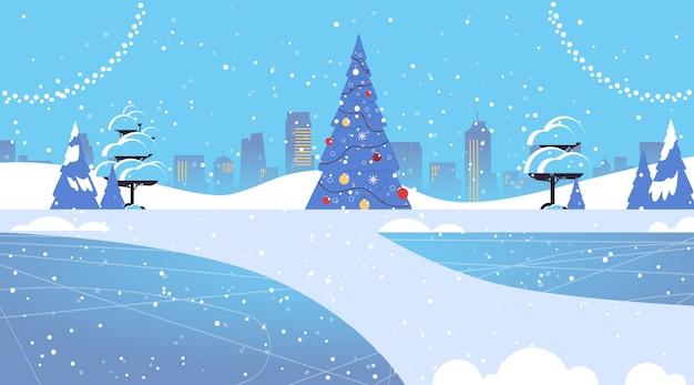 Versierde dennenboom in besneeuwd park vrolijk kerstfeest gelukkig nieuwjaar wintervakantie viering concept wenskaart stadsgezicht achtergrond horizontale vectorillustratie