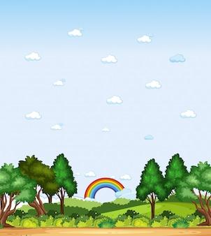 Verticale aardscène of landschapslandschap met bosmening en regenboog in lege hemel overdag