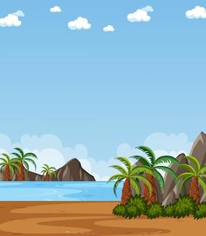 Verticale aardscène of landschapslandschap met plambomen aan het strand en lege hemel overdag