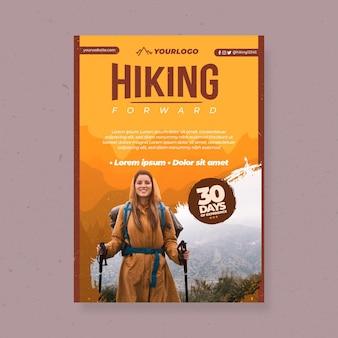 Verticale flyer met vrouwelijke backpacker