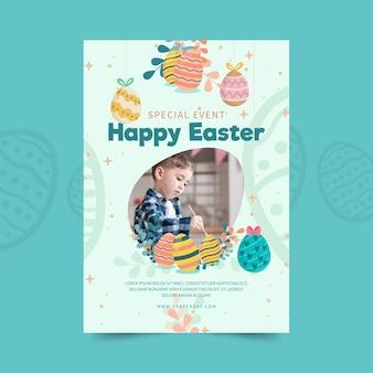 Verticale flyer-sjabloon voor pasen met kind en eieren