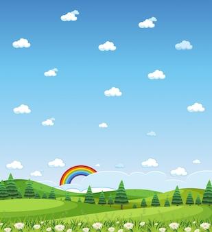 Verticale natuurscène of landschapsplatteland met bosmening en regenboog in lege hemel overdag
