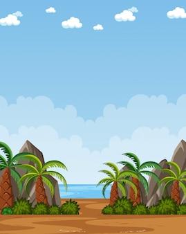 Verticale natuurscène of landschapsplatteland met plambomen aan het strand en lege hemel overdag