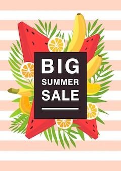 Verticale poster over grote zomer verkoop thema. heldere promotionele flyer met verschillende vruchten en palmbladeren. kleurrijke reclame