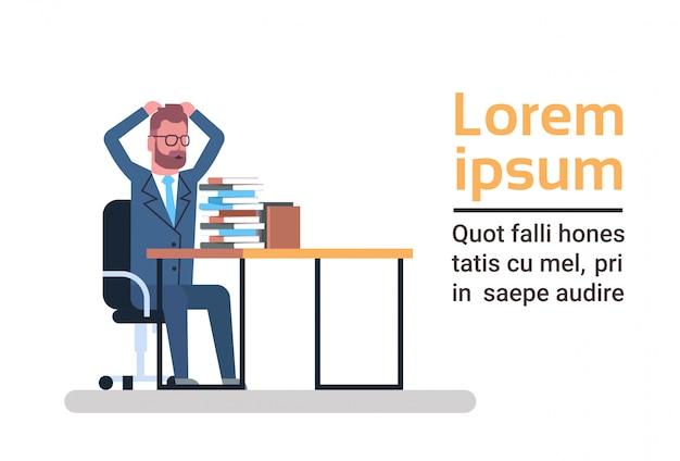 Verward business man kijken naar stapel papieren houden hoofd overbelast en moe zakenman papierwerk concept