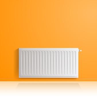 Verwarmingsradiator op oranje muur, vooraanzicht.