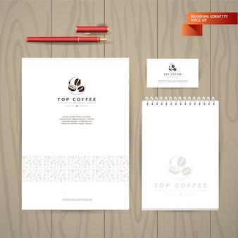 Verzameling artistieke kaarten met koffieemblemen en logo, handgetekende koffiebonen en zaden