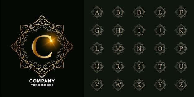 Verzameling eerste alfabet met luxe ornament bloemenframe