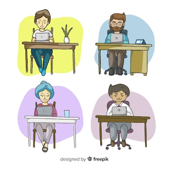 Verzameling kantoormedewerkers achter hun bureau
