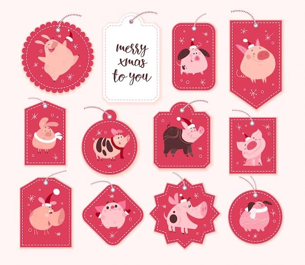 Verzameling kerstcadeau tags en badges verschillende vormen geïsoleerd op rode achtergrond. nieuwjaar schattig varken tekens in kerstmuts.