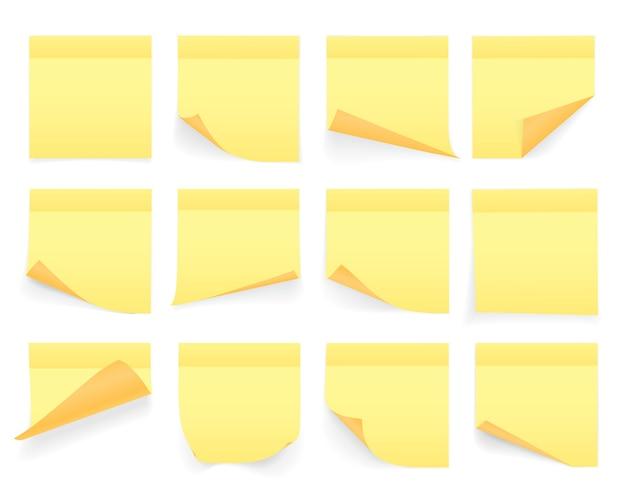Verzameling van geel gekleurde notitieblaadjes met gekrulde hoek en schaduw, klaar voor uw bericht. realistisch. geïsoleerd op witte achtergrond. set.
