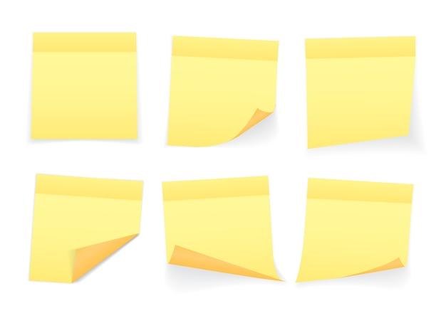 Verzameling van geel gekleurde notitieblaadjes met gekrulde hoek en schaduw, klaar voor uw bericht.