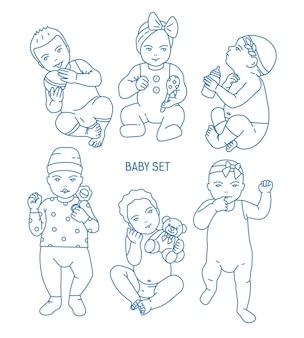 Verzameling van jonge kinderen of baby's gekleed in verschillende kleding en met speelgoed en rammelaars. set peuters in verschillende houdingen getekend in lijnstijl. monochroom vectorillustratie.