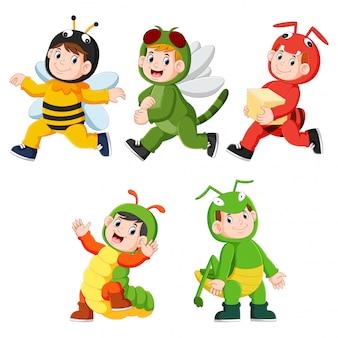 Verzameling van kinderen die schattige kostuums van insectedieren dragen